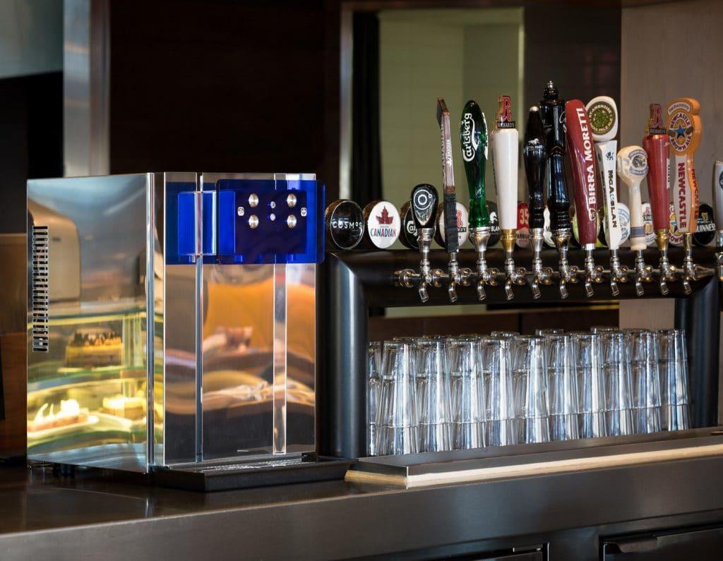 Une pompe à eau plate ou gazeuse ecobar dans un bar; ce distributeur d'eau profesionnel est équipé d'un système de contrôle de portion.