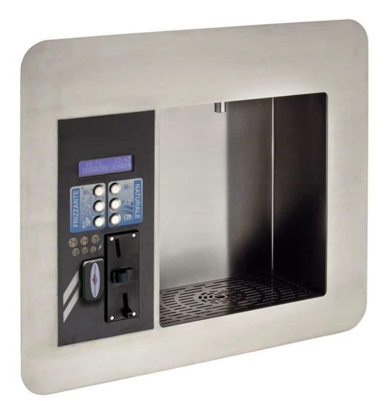 Fontaine à eau d'extérieur à intégré dans un mur ecowall. Elle est équipée d'un système de triple filtration garantissant une eau de qualité et de goût optimal et d'un système de vente individuelle.