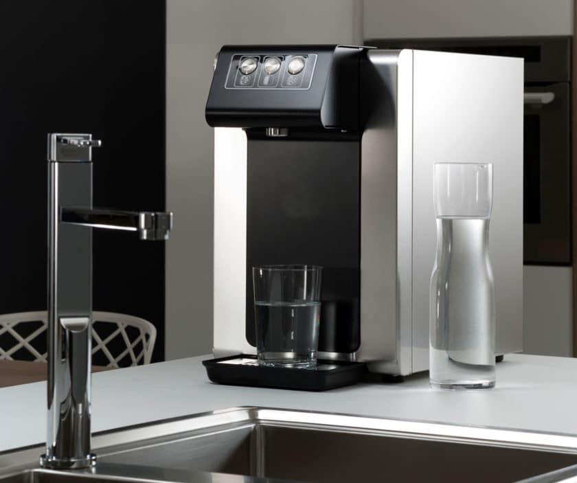 Fontaine à eau filtrée d'intérieur pour bureau ou entreprise de Belgique. Distributeur d'eau connecté au réseau et donc zéro déchet. Il est équipé de filtre à eau efficace comme le filtre à charbon actif ou le filtre UV.