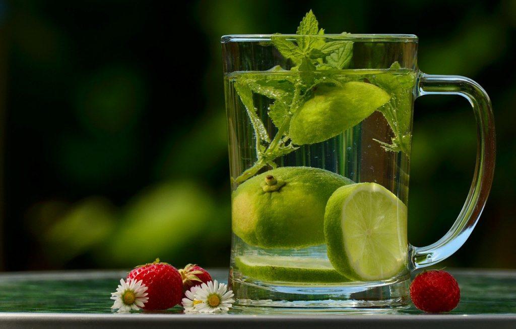 bein etre en entreprise, une tasse de thé au fruits